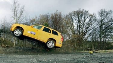 观看沃尔沃将新的XC90 SUV崩溃进入沟渠