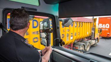 警方使用HGV间谍卡车去现货驾驶罪行