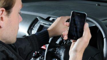 """增加在车轮上采取危险的""""自拍""""的年轻司机"""