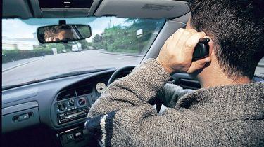 警察捕捉司机试图拍摄碰撞现场