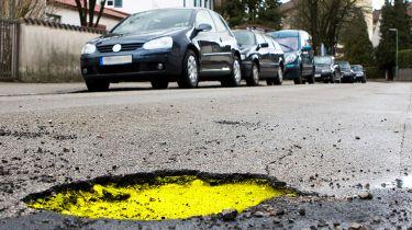 四年期待修理英国的坑洞骑行道路