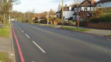 白色线路车道标记可以从英国道路悬停