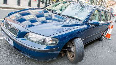 在汽车悬架崩溃中归咎于糟糕的道路