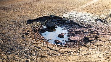公用事业公司在贫困的道路维修方面取得了任务