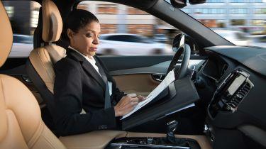 自动汽车的所有者可能在汽车开车时面临所有分心的禁止