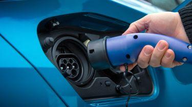 插件汽车补助从3,000英镑到2,500英镑