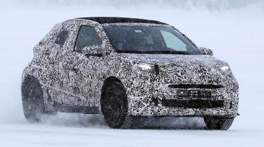 新的2022丰田Aygo城市汽车在雪地里窥探