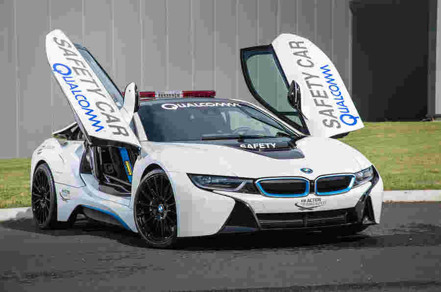 公式E的BMW I8安全车在轨道上驱动