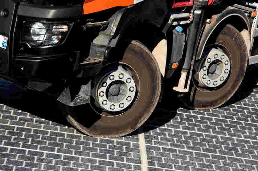 英国太阳能道路试验可能导致未来通电高速公路