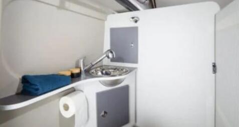 这辆露营车配备完整的浴室和内部淋浴
