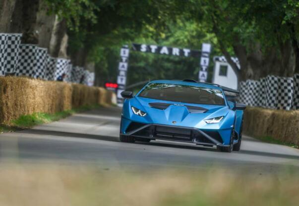 兰博基尼 Huracan STO 是道路合法的 Super Trofeo 赛车
